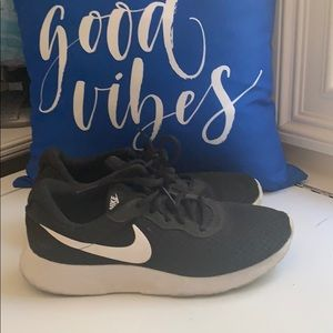 Nike Black and White Sneakers 👟